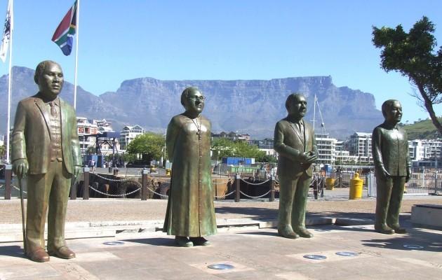 Friedensnobelpreisträger aus Südafrika: Albert Luthuli [1960], Desmond Tutu [1984] Frederik Willem de Klerk und Nelson Mandela [1993]