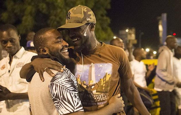 Friends in Banjul rejoicing over the successful efforts in preventing a certainly even more severe crisis. [Picture Alliance]