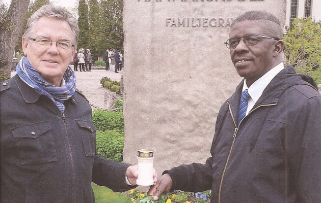 Horst Kleinschmidt und Ben Khumalo-Seegelken at the Grave of the Hammerskjöld-Family in Uppsala at the Ocassion of the Symposium in Memory of Beyers Naudé on 10 May 2015