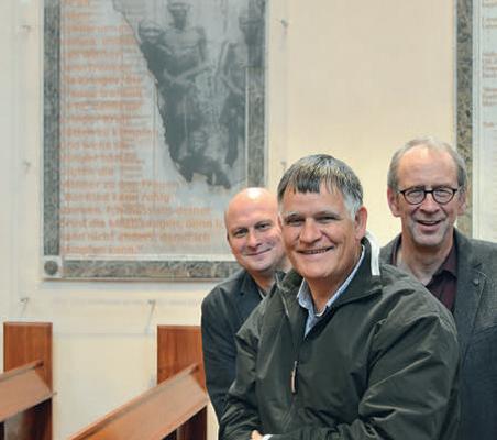 Bischof Burgert Brand (Mitte) und die Pastoren Bernhard Busemann (links) und Frank Morgenstern (rechts) vor der 2004 neugestalteten Gedenktafel. [Foto: Axel Biewer]
