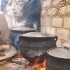 izimbiza ziyachichima yinyama = Die Fleisch-Kochtöpfe sind randvoll